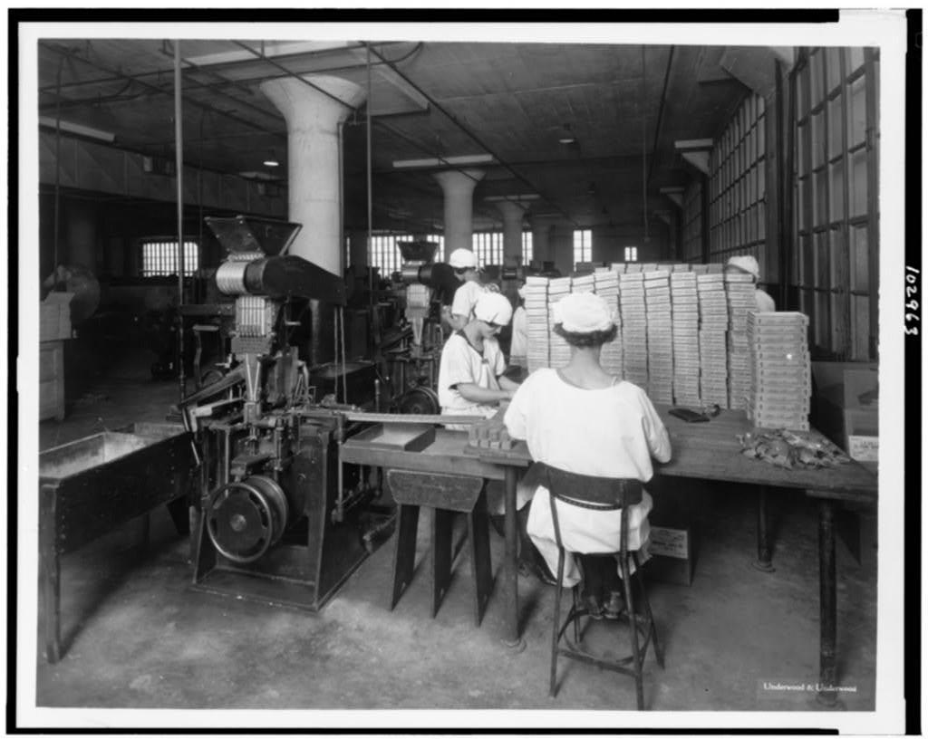 trabajadoras empaquetando chicles 1024