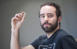 Autor Calvo con un buril utilizado en la investigación/Nuria González (UPV/EHU)